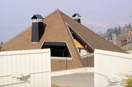 un portail motorisŽ s'ouvre sur une la cour d'une villa