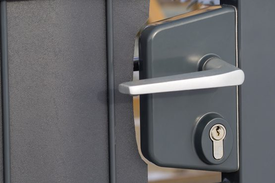 Quelles normes de sécurité pour un portail en alu automatique ?