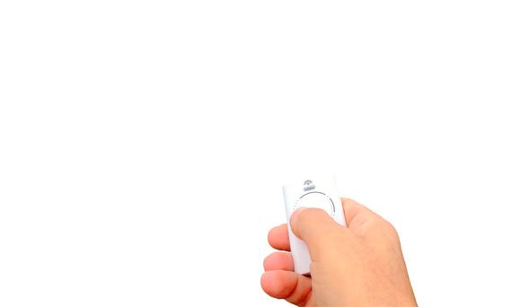 tlcommande dans la main,ouverture sur fond blanc